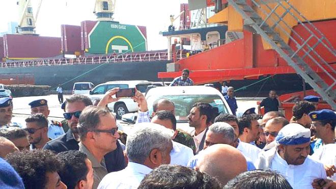 رئيس بعثة المراقبين الدوليين في الحديدة مايكل لوليسغارد بميناء الحديدة