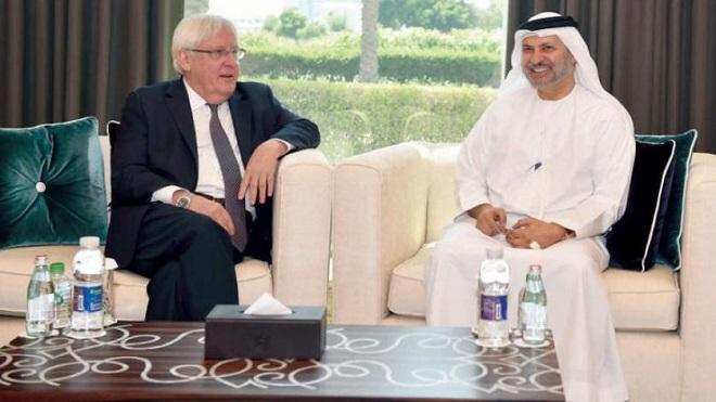 غريفيث مجتمعًا مع وزير الدولة الإماراتي للشؤون الخارجية أنور قرقاش