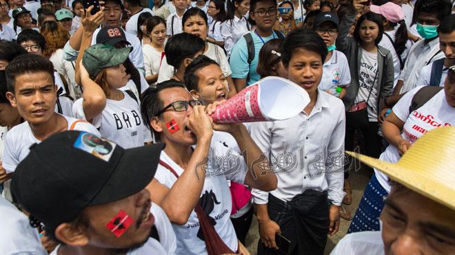 """المتظاهرون يسيرون إلى إدارة التحقيقات المركزية (CID) أثناء المظاهرة مطالبين بالعدالة لطفلة تبلغ من العمر عامين اغتصبت، وأعطيت اسمًا مستعارًا """"فيكتوريا"""" في يانغون"""