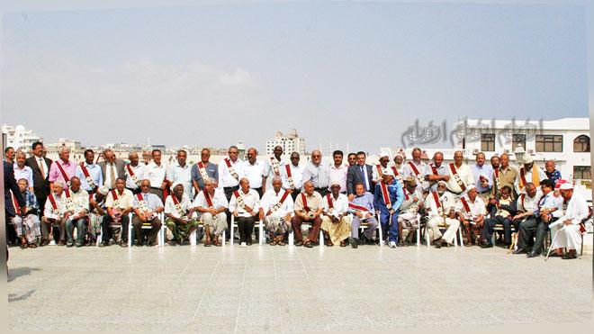 صورة من تكريم «الأيام» و«الأيام الرياضي» للرعيل الأول من الرياضيين عام 2008م