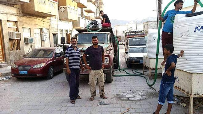 مواطنون يقفون عند بوزة ماء بمنطقة البوميس مديرية صيرة