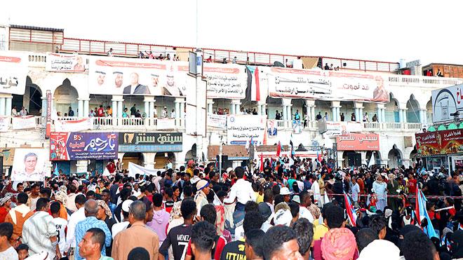 جماهير محتشدون في ساحة النقابات