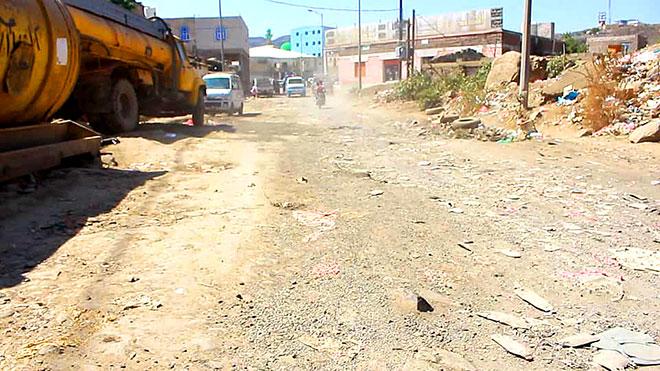 8 مشاريع لصيانة الطرق الإسفلتية والأرصفة في مدينة الضالع
