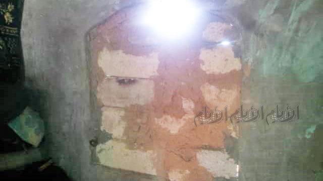 نافذة منزل لم تسلم من نهب الحوثيين