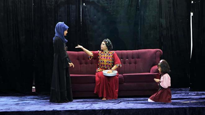 """لقطة للفنانة عبير عبدالكريم أثناء مشاركتها في مسرحية """"نرجس"""""""
