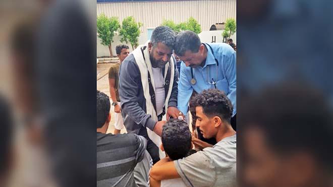 مدير مديرية المعلا، فهد المشبق ومدير مكتب الصحة بالمديرية، خالد عبدالباقي يقدمان واجب العزاء للطفل الذي توفيت والدته