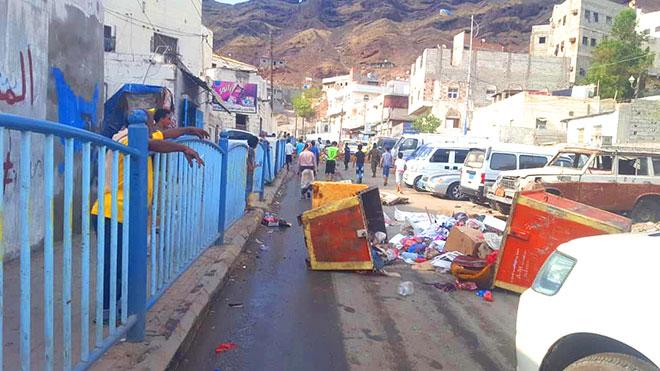 سكان القلوعة بعدن يقطعون الشارع للحصول على المياه