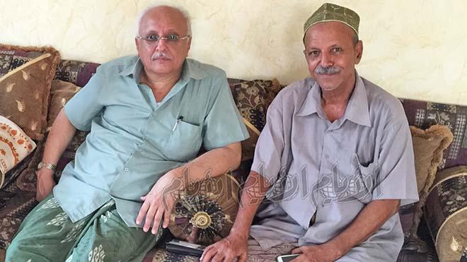 علي سالم اليزيدي (يمين) في منزله بالمكلا، بجانب الزميل تمام باشراحيل رئيس تحرير صحيفة الأيام