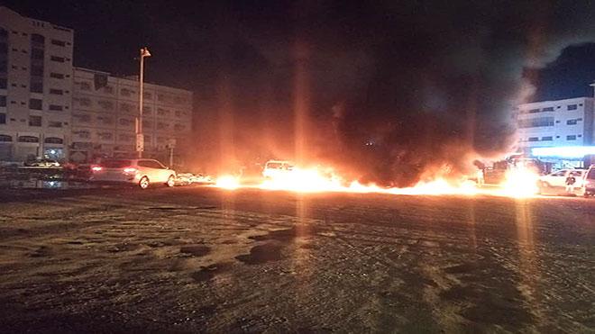 محتجون يحرقون إطارات لانقطاع الكهرباء بعدن