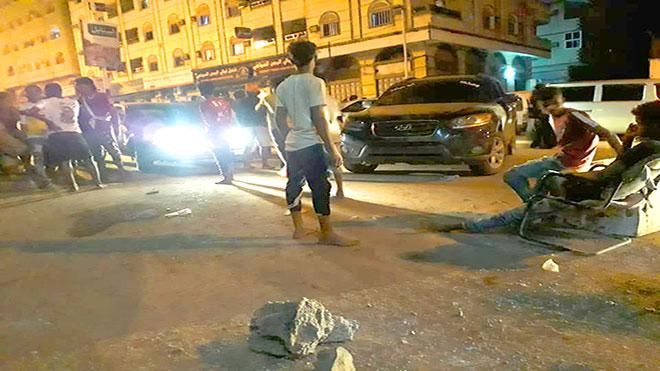 محتجون يقطعون طريق العقبة بعدن