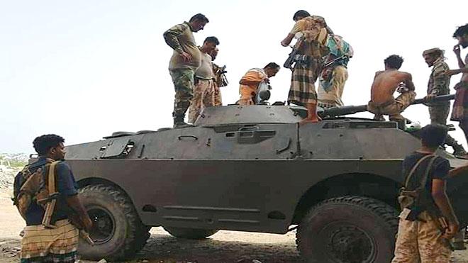 """عدد من المقاتلين الجنوبيين فوق دبابة """"بي ام بي"""" بجبهة أبين"""