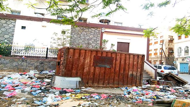مياه المجاري والمخلفات تحيط مكتب الصحة في صيرة