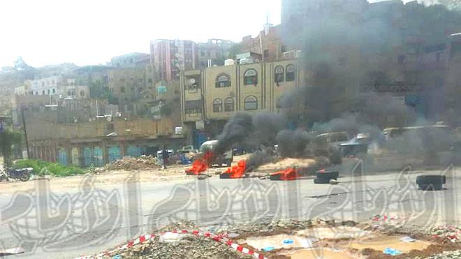 محتجون يحرقون الإطارات ويقطعون الطريق بتعز
