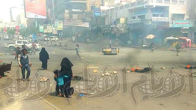 رصاص ونيران لمنع المواطنين من المرور احتجاجا على مقتل ضابط بتعز
