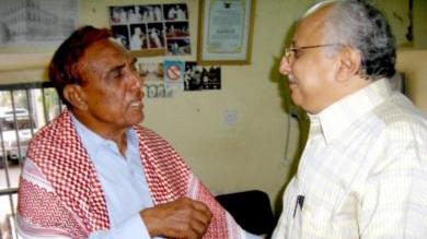 لزميل تمام باشراحيل (يمين) مع الفقيد محمد سعيد مديحج أثناء زيارة المركز الثقافي في مدينة غيل باوزير في 18 فبراير 2007