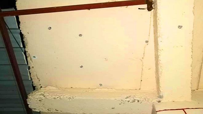 الشظايا في جدران المنزل