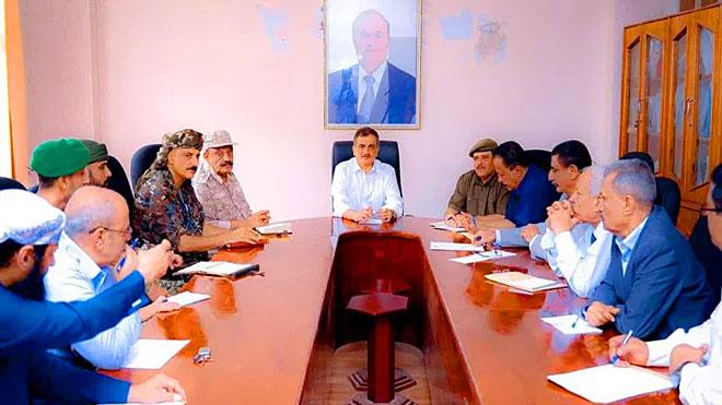 محافظ عدن خلال اجتماعه بكل الأجهزة والوحدات العسكرية