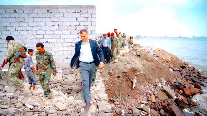 محافظ عدن يزيل استحداثا عشوائيا بمنطقة محظورة بشاطئ صيرة