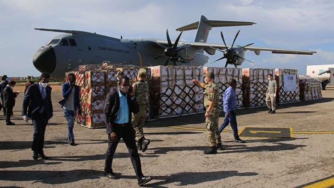 طائرة شحن تركية تسلم الإمدادات الطبية إلى الصومال في 2 مايو 2020. أقامت تركيا أكبر سفارة في إفريقيا في مقديشو