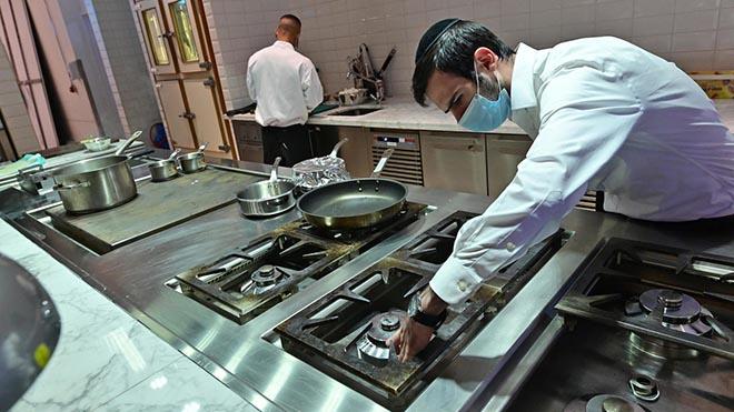 """الحاخام ياكوف اينششتاين يشرف على إعداد الطعام في مطعم """"إيليز كوشير كيتشن"""" في دبي"""