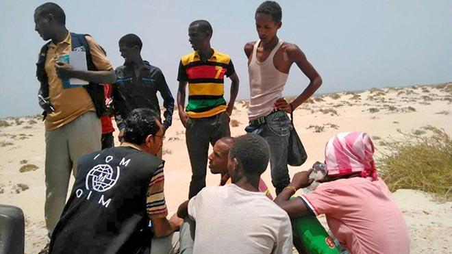 موظف في منظمة الهجرة الدولية يقدم العون لمهاجرين أفارقة في اليمن