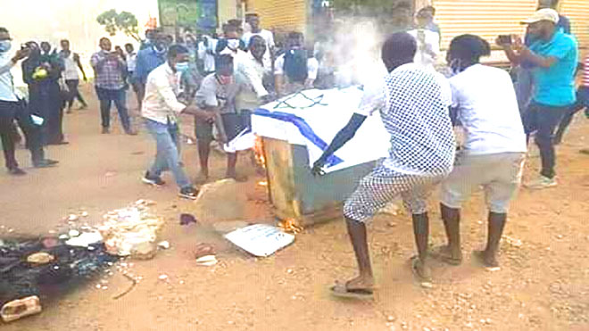 متظاهرون في السودان يحرقون علم إسرائيل