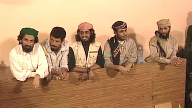 """حسين محمد الصالح المكنى """"أبو هريرة """" الثاني من اليسار، مثل ضمن 5 متهمين أمام محكمة زنجبار عام 1999 إلى جانب زين العابدين المحضار (أبو حسن) وأحمد محمد عاطف والجنيدي"""