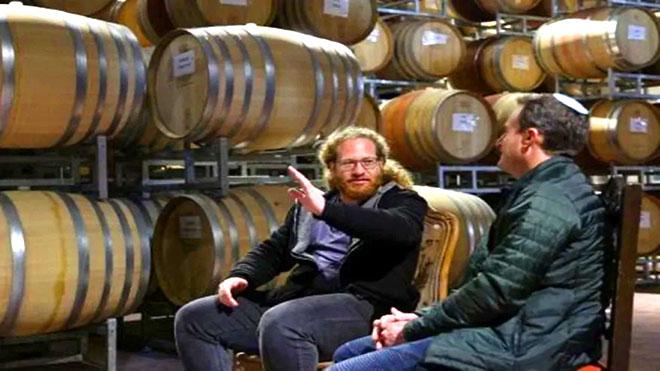 الشقيقان بيرغ -- يعقوب (44 عاما) (يمين) ويوناتان (39 عاما) خلال مقابلة مع فرانس برس في مصنع نبيذ بساغوت في الضفة الغربية المحتلة