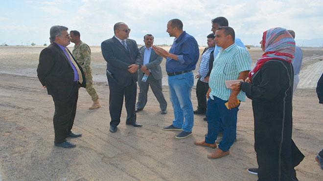 وزير التخطيط  د. واعد عبدالله باذيب يتفقد مشروع أحواض الصرف الصحي بخور مكسر