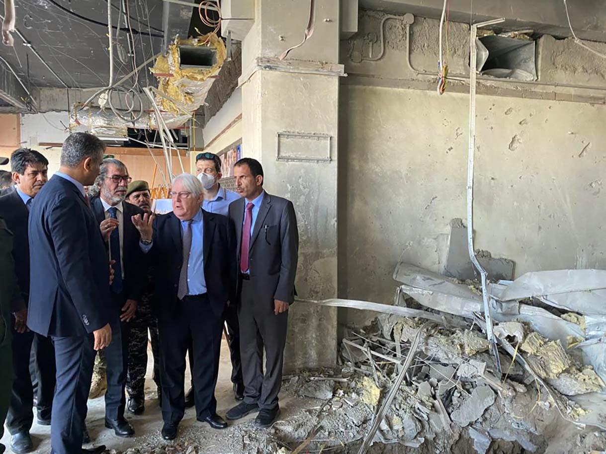 محافظ عدن يطلع جريفيثس على الدمار في مطار عدن