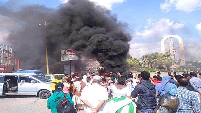 محتجون عند جولة الغزل والنسيج بالشيخ عثمان