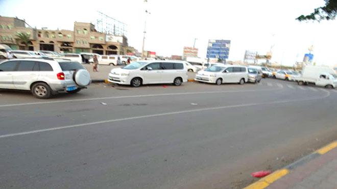 اصطفاف السيارات على طول الطريق