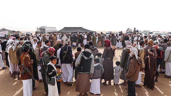 جموع من أبناء القبائل اليمنية خلال حضور فعاليات المهرجان التراثي