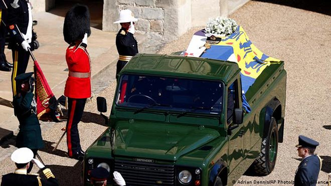 سيف وقبعة البحرية الملكية البريطانية الخاصين بالأمير الراحل فيليب فوق نعشه خلال مراسم تشييع جنازته