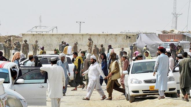 تكدس مسافرين على الحدود في باكستان بعد سيطرة طالبان على معبر حدودي في أفغانستان الأسبوع الماضي