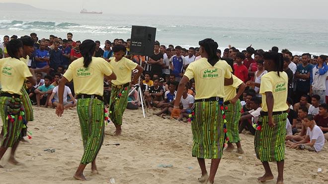 الفرقة التراثية تقدم رقصات شعبية في أيام المهرجان الساحلي