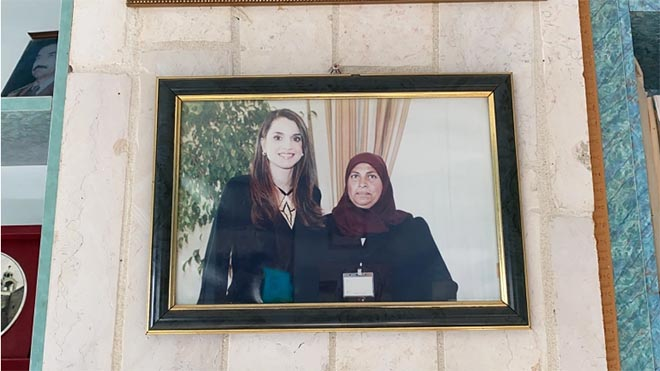 أم حسن بريجية تعلق على الجدار صورا مع مسؤولين بارزين منهم الملكة رانيا العبد الله، ملكة الأردن الجزيرة