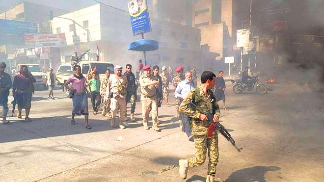 قوات الأمن أثناء تفريق المحتجين بتعز