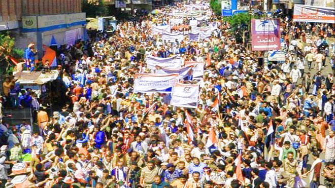 محتجون بمسيرة جماهيرية في شارع جمال عبد الناصر